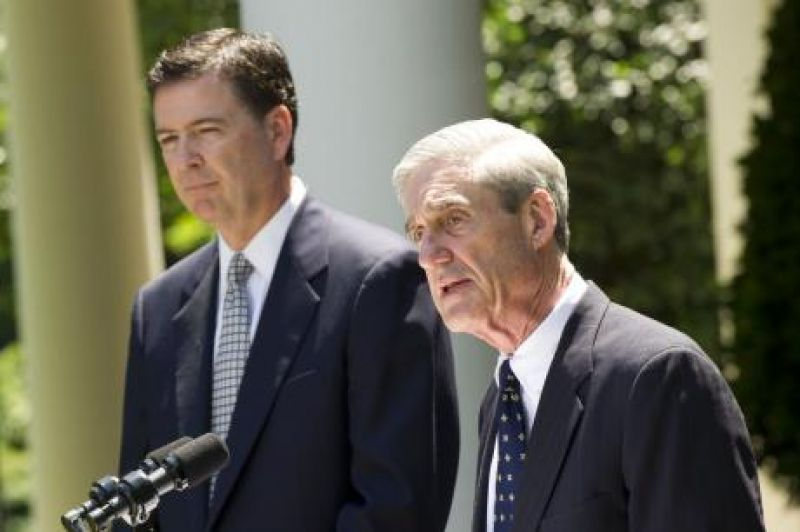 Outgoing FBI director Robert Mueller (R) delivers remarks alongside Presdient Obama's nominee to replace him James Comey, during a ceremony in the Rose Garden at the White House on June 21, 2013.